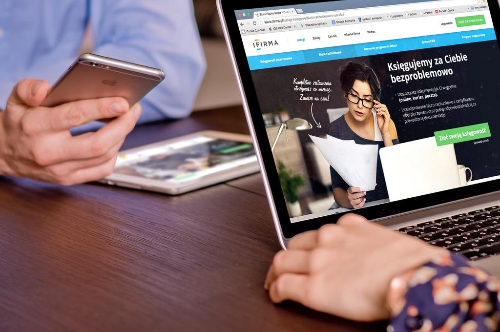 Página Web En Laptop. Artículo De Razones Para Tener Un Sitio Web Para Negocios