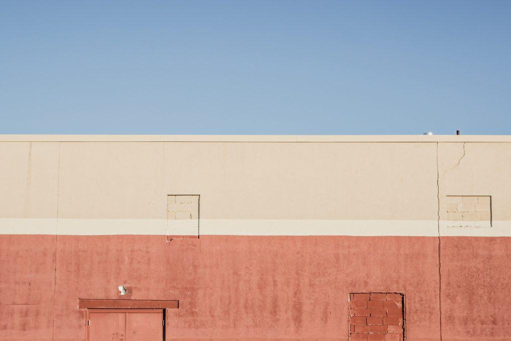 pared exterior pintada en 3 colores, la atmósfera física y metafórica es importante para fidelizar clientes