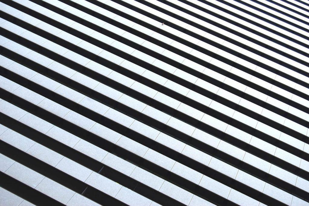 líneas blancas y negras alternadas, un pilar del content marketing es la consistencia