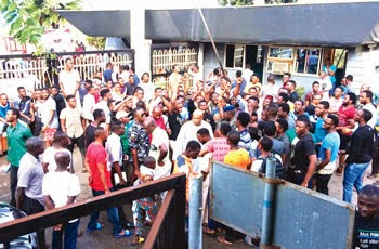 Students in LUTH protest over armed robbery attacks