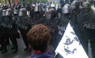 Toronto police line blocking protests on Queen image: CBC