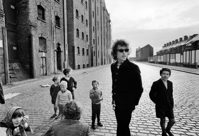 Bob Dylan on Liverpool Street 1966 - photo by Barry Feinstein