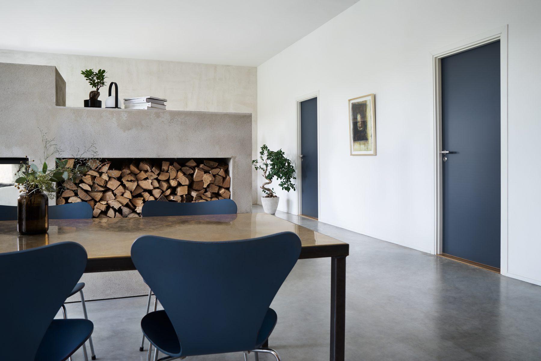 innerdörr-inredning-matbord-blå-fritz-hansen-buster-punch-njord