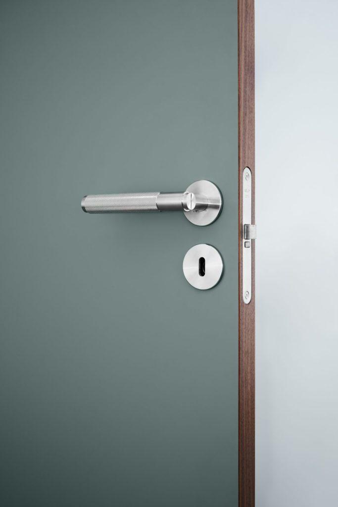 innerdörr-grön-frame-walnut-dörrhandtag-buster-punch-njord