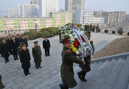PYONGYANG, Nov. 24, 2009 (Xinhua) -- Chinese Defense Minister Liang Guanglie (L, 2nd line), lays a wreath before the Korea-China Friendship Tower to commemorate the Chinese People's Volunteers who lost their lives during the Korean War in Pyongyang, capital of the Democratic People's Republic of Korea (DPRK), Nov. 24, 2009. Liang makes a five-day visit in the DPRK since Nov 22.(Xinhua/Yao Ximeng)