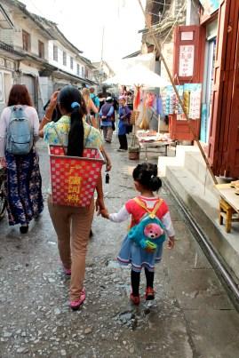 Mor og datter på vej til marked