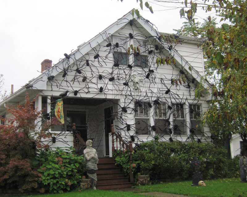 8 Homeowners Who Took Halloween Decorations To The Next Level Nlc Loans