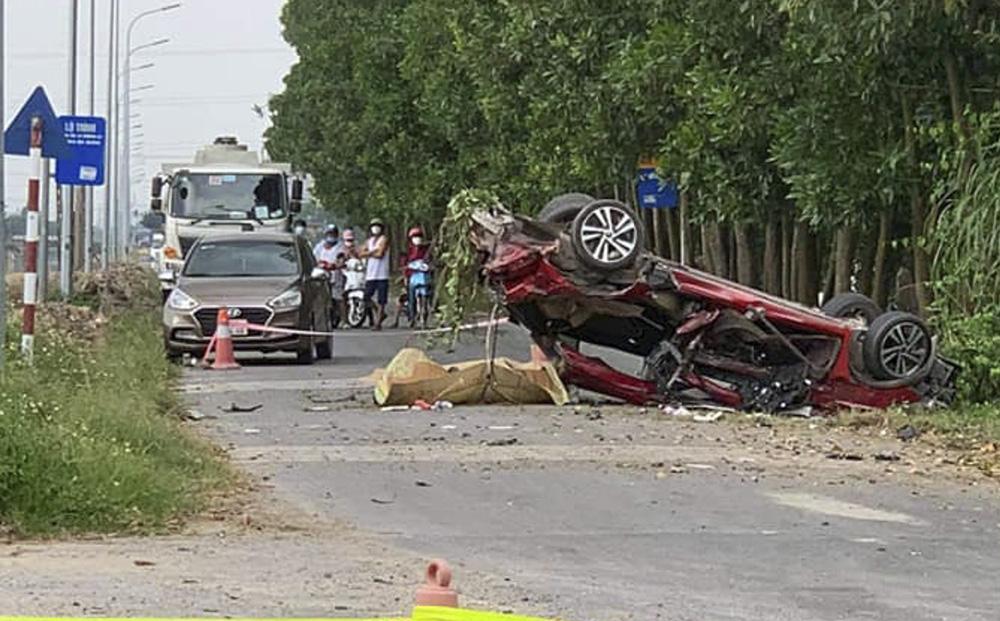 Chiếc xe con bị vò nát trong tai nạn kinh hoàng, ít nhất 2 người tử vong - Ảnh 1.