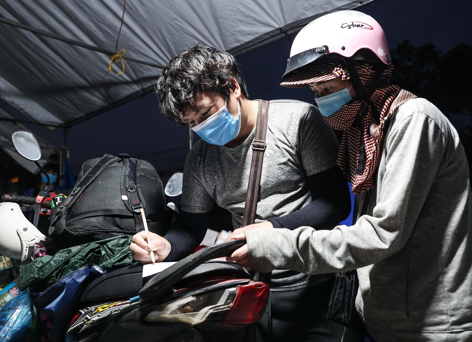 CLIP: Hàng trăm người dân từ các tỉnh phía Nam ùn ùn qua cửa ngõ Hà Nội về quê - Ảnh 4.