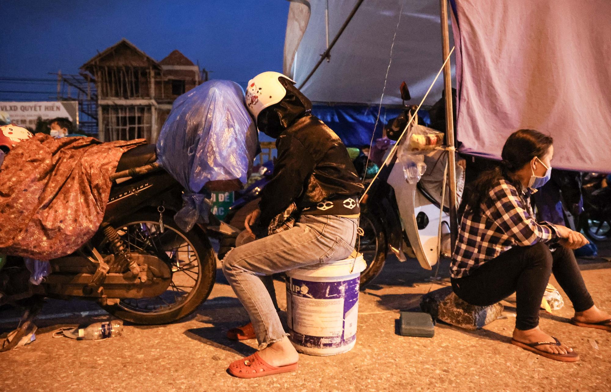 CLIP: Hàng trăm người dân từ các tỉnh phía Nam ùn ùn qua cửa ngõ Hà Nội về quê - Ảnh 11.