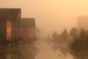 huissen, loovelden, gelderland, lingewaard, het buiten, woonwijk, woonhuizen, waterpark, mist, nevel, zonsopkomst, verstilling, sfeer