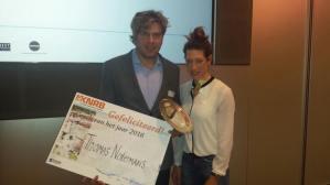 Thomas Notermans neemt de prijs in ontvangst van Maaike Head. Foto: KNRB / Gaby Kuipers