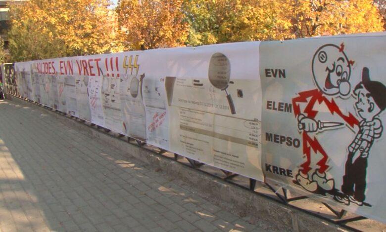 Në shenjë proteste ekspozohen faturat e energjisë tek ura në Tetovë