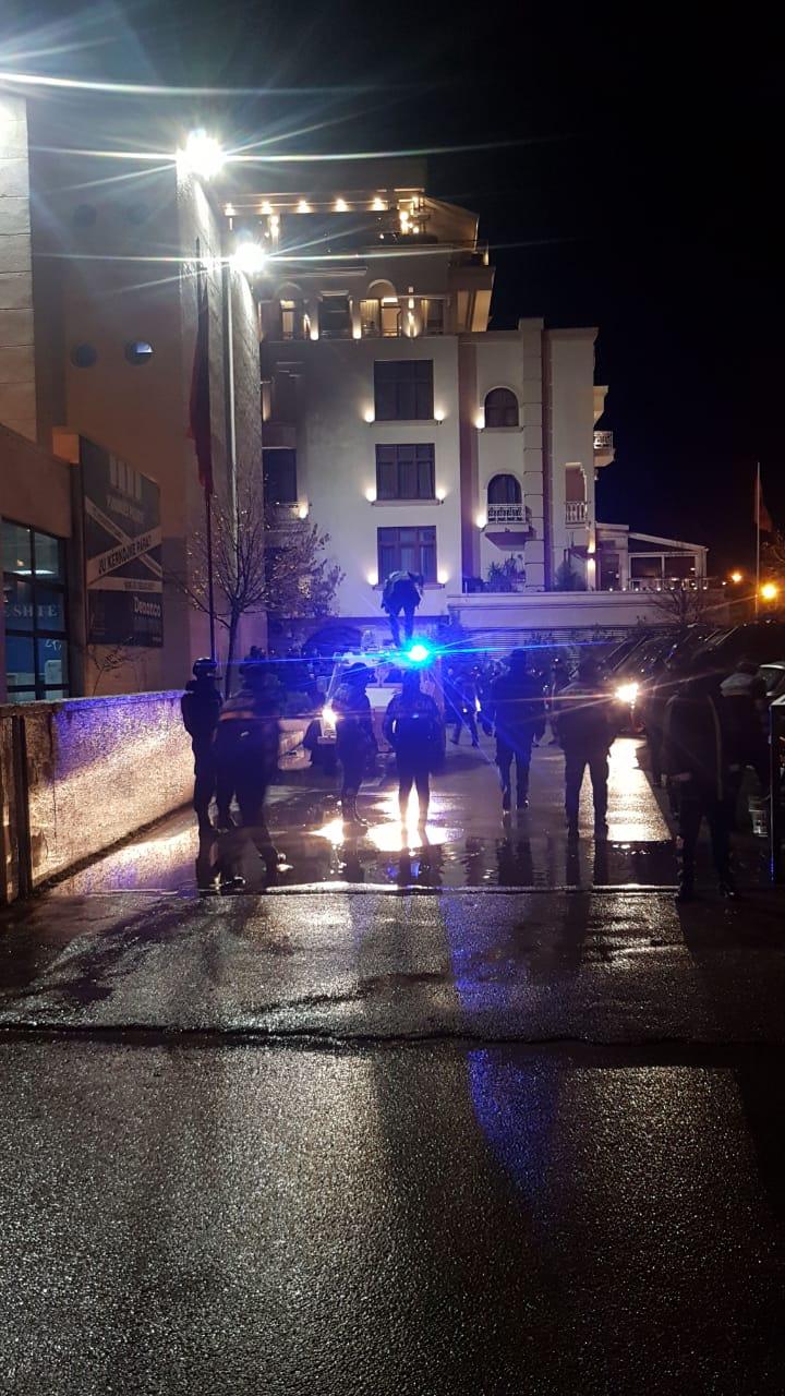 Nuk ndalet policia, dhunon dhe shoqëron gazetarin e RTV Ora, Xhoi Malësia