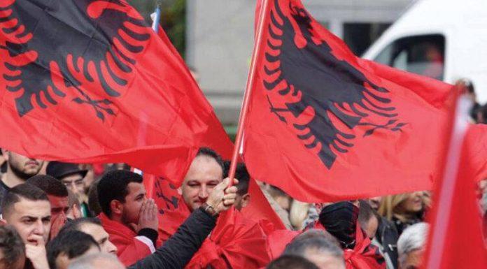 """Maqedonasi kërcënon shqiptarët se do t'i """"shkelë me kamion"""" nëse dalin në protesta te """"Monstra"""" (FOTO)"""