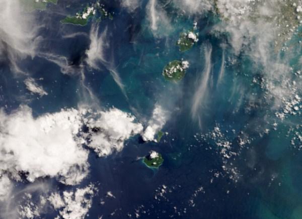 GISMETEO.RU: Апрельские пары индонезийского вулкана: фото ...