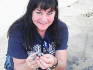 Sherie Gee holding an Olive Ridley hatchling at the Tortugueros Las Playitas A.C. in Todos Santos, Mexico Photo by Britt Coleman