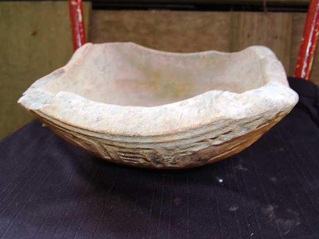Peça em cerâmica rica em detelhe em baixo relevo.