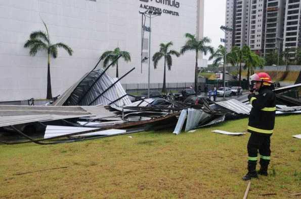 Exercito inicia retirada de telhado sobre carros no estacionamento do Shopping Ponta Negra 1Exercito inicia retirada de telhado sobre carros no estacionamento do Shopping Ponta Negra 1