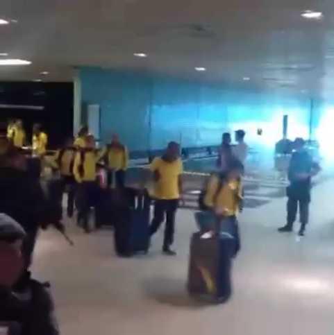 Selecao brasileira feminina desembarca com festa em Manaus