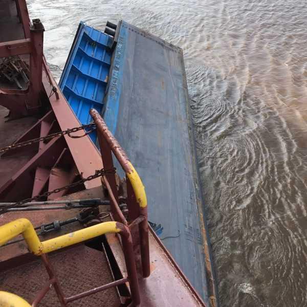 Balsa presa na proa do navio, no rio Amazonas, próximo ao porto de Óbidos- Imagem: Via Whatsapp- Noticias do Amazonas