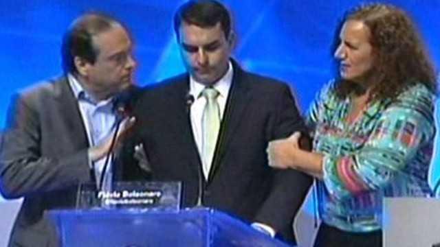 Flávio Bolsonaro passa mal durante debate e é socorrido por candidatos
