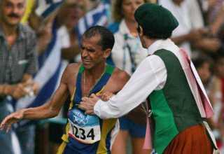 Vanderlei Cordeiro é empurrado para fora da pista por um homem fantasiado de padre irlandês durante competição nos Jogos Olímpicos de Atenas em 2004