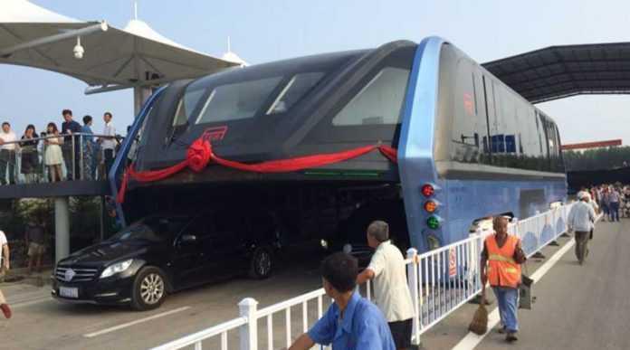 China começa a testar ônibus que transita por cima de carros