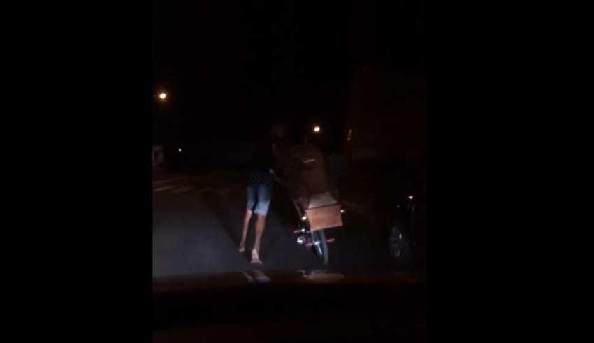 ovem foi flagrado por testemunhas passeando com o caixão pela cidade de Prata, no Triângulo Mineiro (Foto: Reprodução )