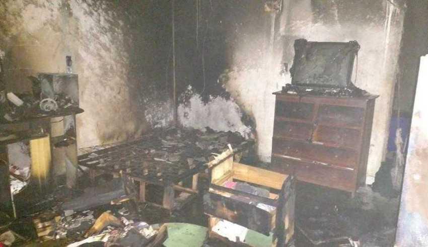 Chamas atingiram interior da casa (Foto: Divulgação/Corpo de Bombeiros)