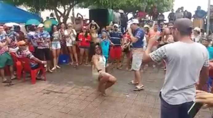 """""""Dançarina"""" caiu no chão ao desafiar Patixa Teló em Parintins / Reprodução Youtube"""