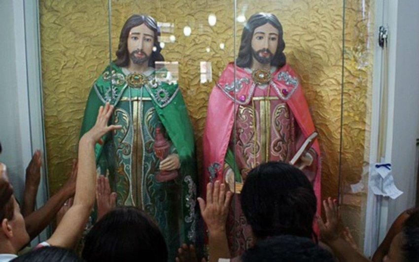 Fiéis louvam a São Cosme e Damião na paróquia da Liberdade