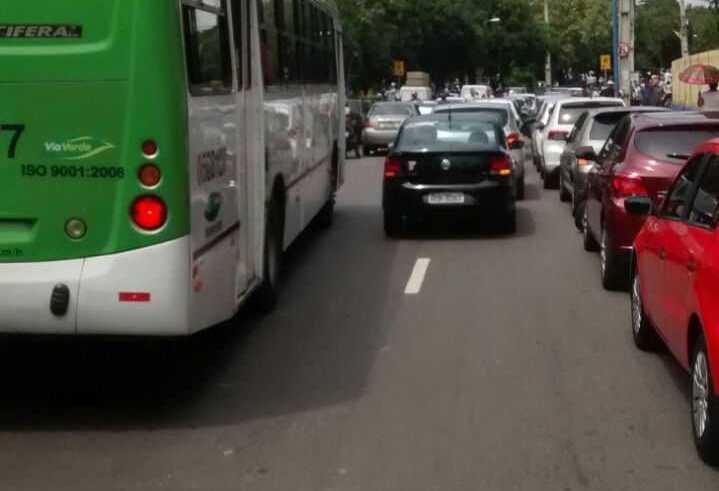 Durante protesto motoristas de UBER fecham avenida em Manaus - Imagem: Via Whatsapp