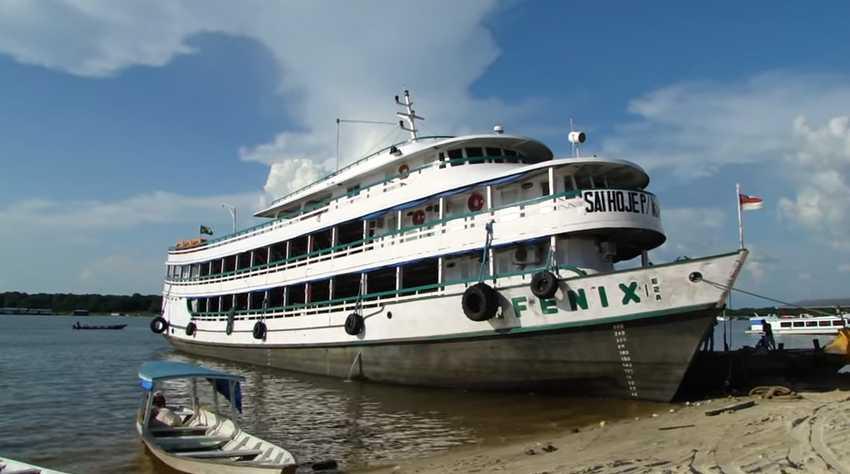 Barco regional Fênix em Tefé / Reprodução Youtube