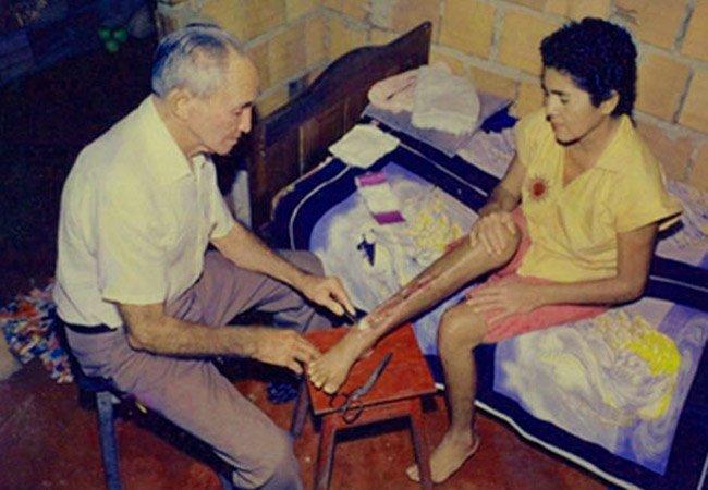 Waldir Viana realizando tratamento em paciente. / Foto : Divulgação