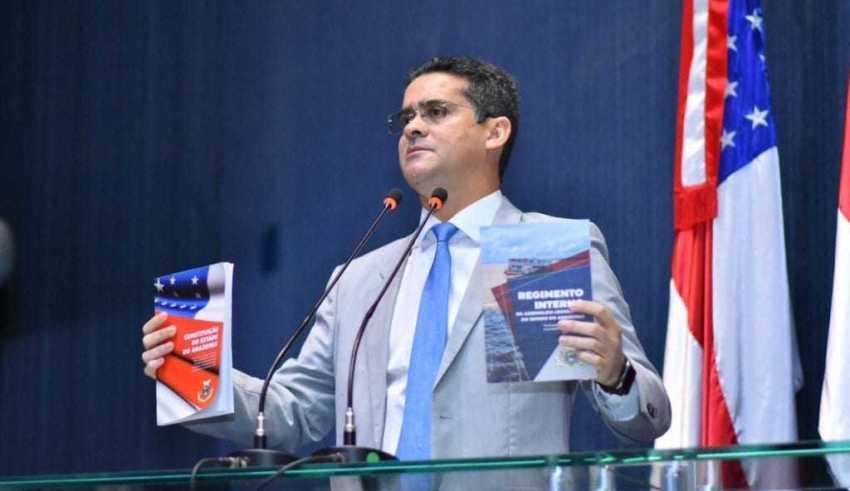 David apresenta constituição estadual atualizada / Foto: Dhyeizo Lemos