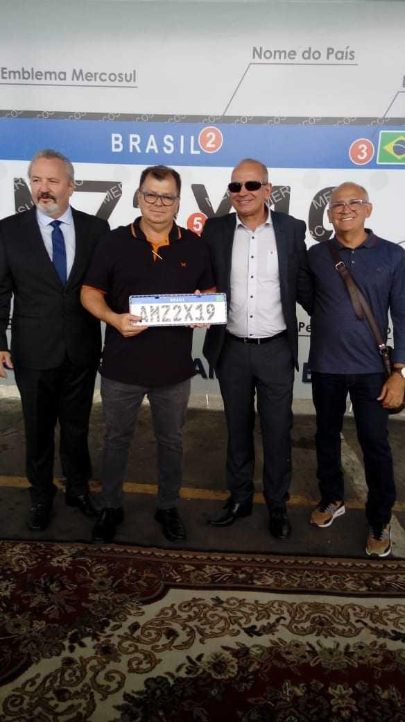Diretores do Detran-AM e Mercosul com a nova placa. / Foto: Divulgação/Detran-AM