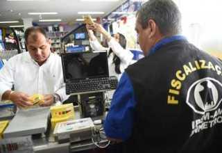 Órgão delegado do Inmetro no Amazonas fiscaliza o peso, a quantidade, qualidade e segurança de materiais escolares. / Foto: Claudio Heitor/Secom