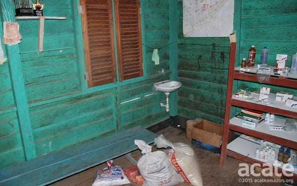 Clínica em aldeia Matsés. Os Matsés usam tanto a medicina tradicional como a ocidental, mas suprir e manter as clínicas remotas é difícil. Foto: Acaté.