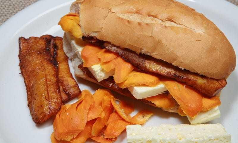 """O nosso X-Caboquinho é """"Trata-se de um irresistível sanduíche com recheio de lascas de tucumã e queijo coalho"""". / Foto: Reprodução"""