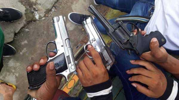 Ostentando armas / foto ; Divulgação