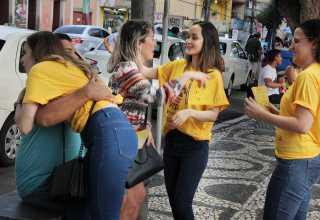 Distribuição de abraços no Largo de São Sebastião chama atenção para prevenção ao suicídio / Foto :Divulgação/DPE-AM