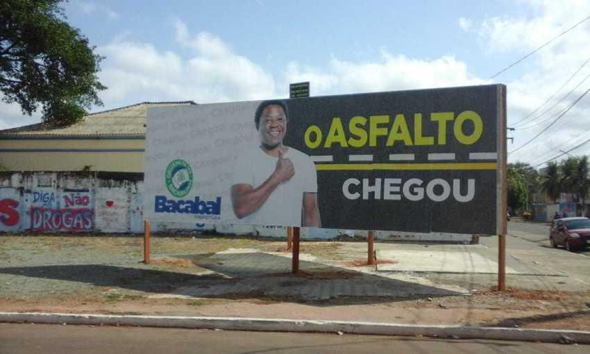 Prefeitura de Bacabal divulga outdoor sobre asfalto incitando a discriminação e ao preconceito.