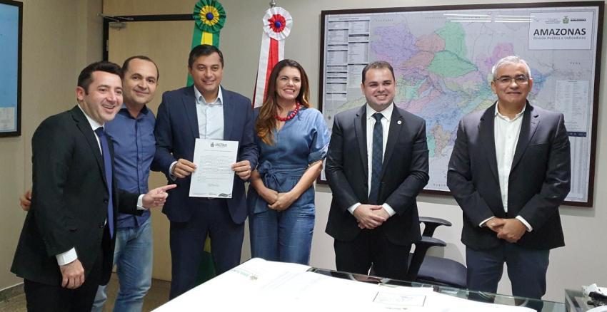 Wilson Lima assina contratos para recuperar sistemas viários dos municípios de Maués e Tefé / Divulgação