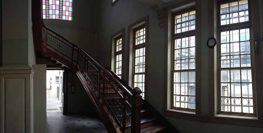 Escada direita da Escola Estadual Rodrigues Alves, em São Paulo (SP), Brasil / Foto : Caroline Oliveira
