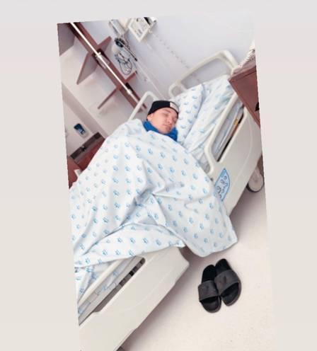 Foto de MC Gui na maca de hospital (Imagem: Reprodução)