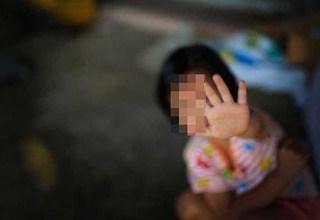 Babá de 14 anos recebe 2 'namorados', que estupram criança de 3 anos