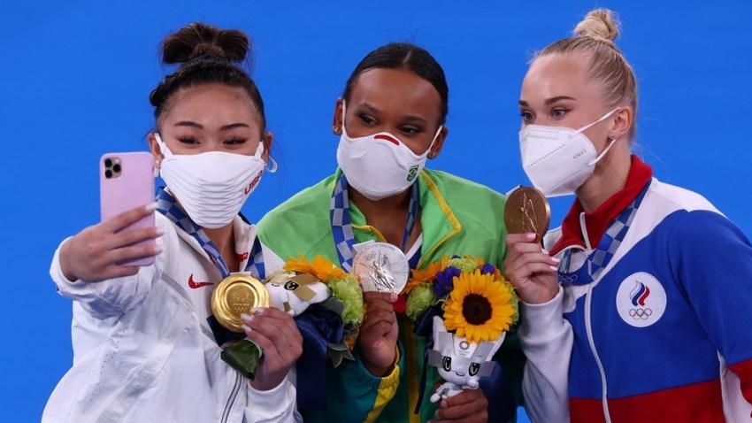 Sunisa Lee, dos EUA, Rebeca Andrade, do Brasil, e Angelina Melnikova, do Comitê Olímpico Russo, medalhas de ouro, prata e bronze, respectivamente, nas Olimpíadas de Tóquio — Foto: Mike Blake/Reuters