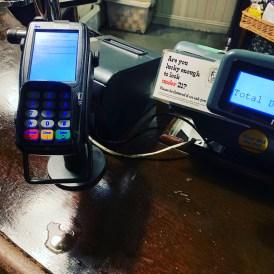 Kartenzahlung in einer Bahnhofskneipe? Wie soll das funktionieren? (@real_mos, London 2019)