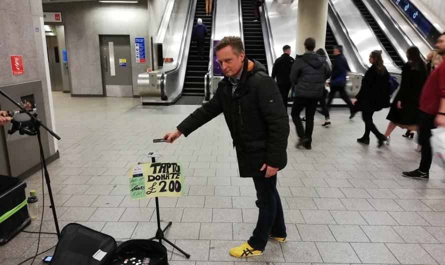 "Ein Stück Stockholm in Düsseldorf: Obdachlosenmagazin ""fiftyfifty"" testet Kartenakzeptanz"
